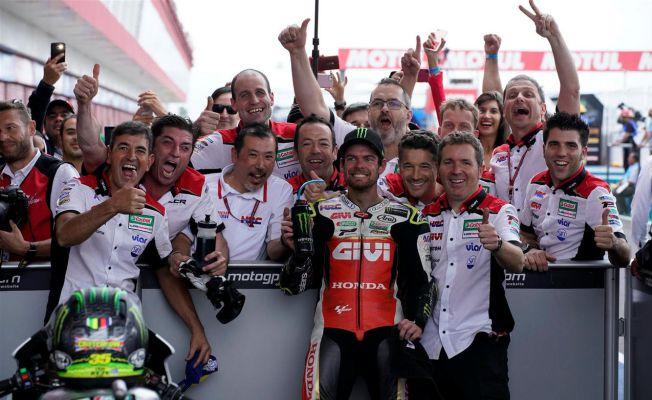 Cal Crutchlow festeggia con il team la vittoria el GP di Argentina, secondo appuntamento della stagione 2018.